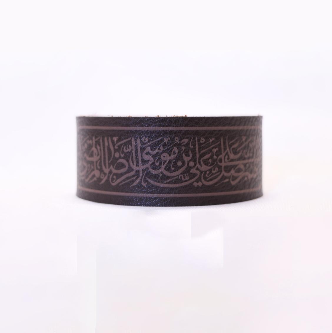 تصویر از دستبند چرمی طرح «صلوات علی بن موسی الرضا» چاپ فایور