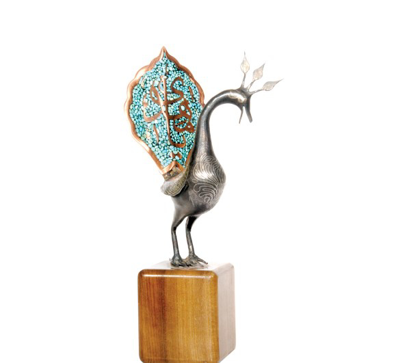 تصویر از تندیس فیروزه کوب طرح طاووس با پایه چوبی